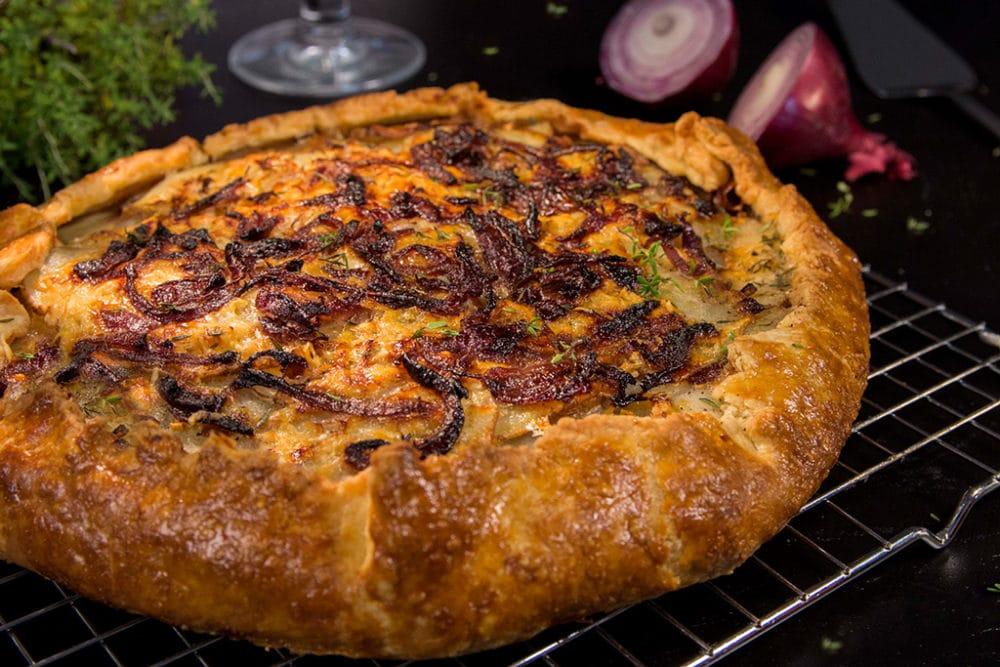 Galette rustique aux pommes de terre, oignons rouges et pecorino