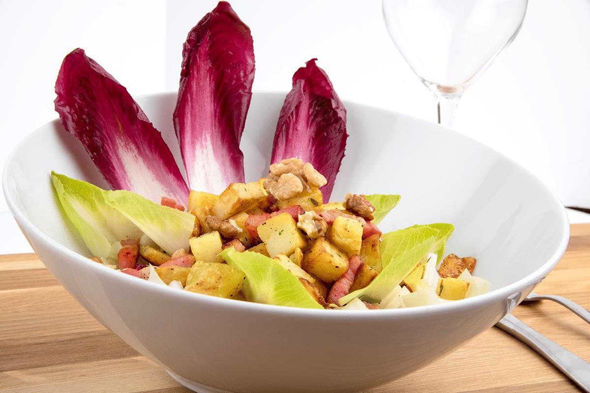 Salade de chicons, pommes de terre, noix et lardons.